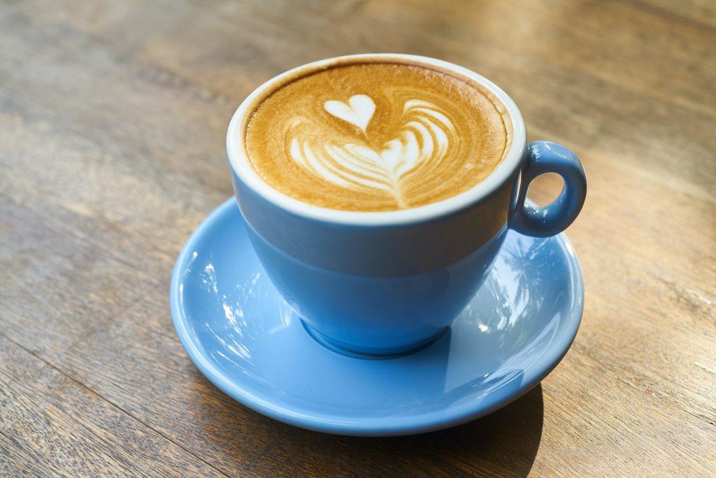 מיינדפולנס באכילה - שתיית כוס קפה בצורה מודעת